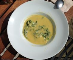 Pikante Blumenkohl-kâse Suppe mit Spinat
