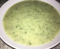 Kohlrabi-Zucchini-Suppe mit Petersilienwurzel und frischer Petersilie