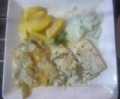 Variation von Fenchelauflauf als Menü mit gedünstetm Fisch und Kartoffeln