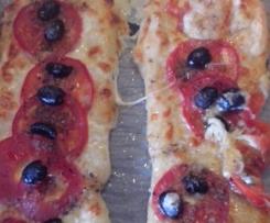 Pizza-Stangen mit Mozzarella, Tomaten & Oliven