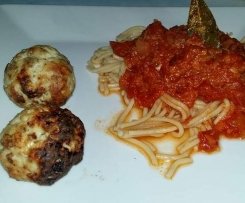 Putenklößchen mit Marinara-Soße und Vollkornspaghetti