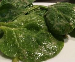Blattspinat-Salat mit Kartoffel-Kräuter-Dressing