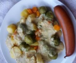 Bockwürstchen mit Zwiebel-Senfsoße, Kartoffeln und Rosenkohl