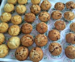 Muffins mit Schokoladenstücken oder geschmolzenem Schokoladenkern