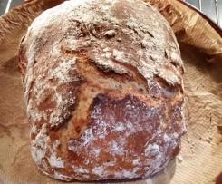 Kleines rustikales Brot, gebacken unter Tonglocke