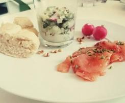Gurken-Radieschen-Salat mit mariniertem Räucherlachs