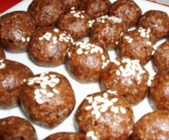 Dattel Baelle mit Kakao und Sesamsamen