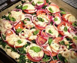 Fladenbrot-Pizza mit Spinat und roten Zwiebeln