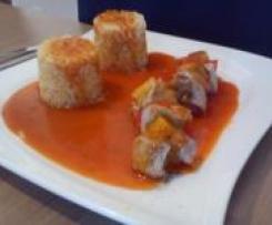 Fleischspieße mit Reis und Schaschliksoße