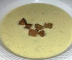 Knoblauch-Creme-Suppe mit Schwarzbrotwürfel
