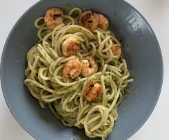 Frisches Zucchini-Pesto mit Garnelen