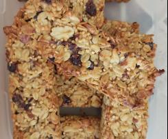 Müsli-Riegel mit Nüssen, Haferflocken, Quinoa und Cranberries