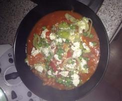 Tomatennudeln mit Gemüse und Feta