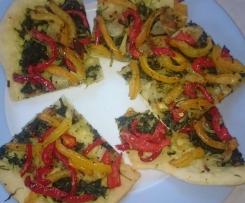 Coca - spanische Pizza mit Paprika, Zwiebeln und Blattspinat auf dem Zauberstein
