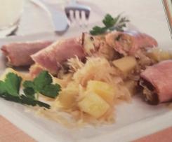 Kasseler-Röllchenauf Sauerkraut-Kartoffel-Beilage