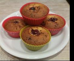 Muffins mit Kirschen und Schokostückchen