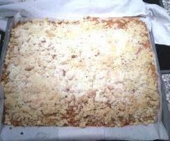Apfelkuchen mit Streusel auf dem Blech