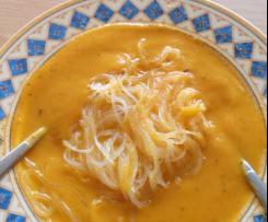 Pikante Möhren Karotten Cremesuppe mit Äpfeln und Ingwer