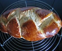 Hefezopf mit Marzipan und Mandeln