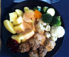 Köttbullar mit Gemüse und Sauce