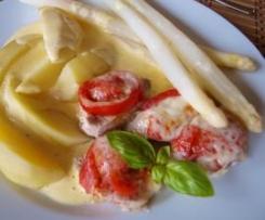 Schweinefilet mit Tomate und Mozzarella, dazu Spargel und Kartoffeln