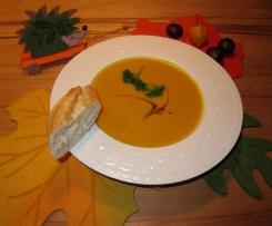 Kürbissuppe mit Amarettini und Sweet Chili Soße