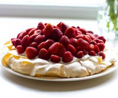 Pavlova mit Erdbeeren