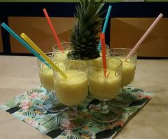 Ananas-Smoothie mit Ingwer, Zitrone, Kokos