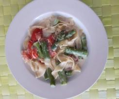 Tagliatelle mit grünem Spargel und Tomaten