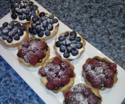 Kleine Törtchen mit frischen Beeren