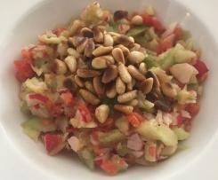Bunter Rohkostsalat mit gerösteten Pinienkernen