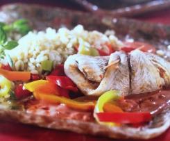 Fischröllchen auf Paprikagemüse und Weizen
