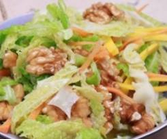 Wirsingsalat mit Walnüssen