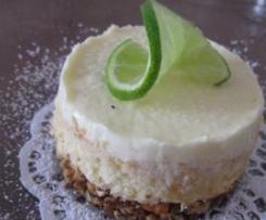 Limetten-Frischkäse-Törtchen auf Crunch-Biskuitboden