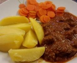 Gulasch mit Kartoffeln und Malzbiersoße