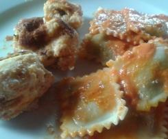Ravioli mit Tomaten-Ricotta-Soße und Ricottabällchen