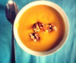 Herbstgruß: Vegane Kürbissuppe mit Walnüssen