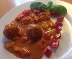 Kräuter-Hackfleischbällchen mit Reis und cremiger Tomaten-Basilikumsauce