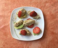 Sonnenblumen-Nockerl mit Erdbeeren und Avocado