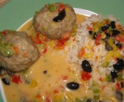 Hackfleischbällchen mit Paprika-Oliven-Sauce und Reis