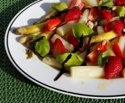 Spargel-Erdbeer-Salat mit Basilikum