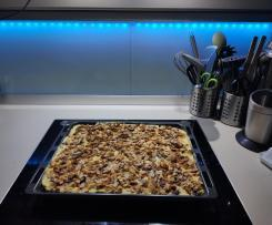 Schoko-Kirsch-Kuchen mit Vanille-Schmand-Creme und gebrannten Mandeln