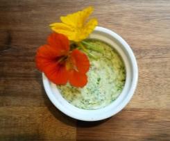 Kräuterbutter mit Blüten der Kapuzinerkresse