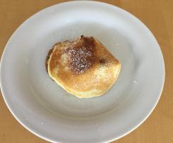 Kleine Pfannkuchen mit Kirschen
