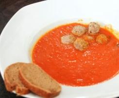 Paprika-Tomatensuppe mit Hackbällchen