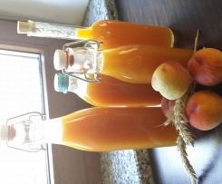 Pfirsichlikör  mit frischen Pfirsichen