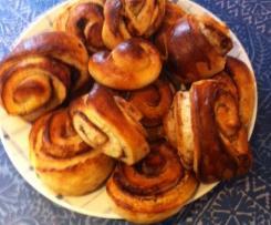 Finnische Pullas oder Kardamom Milchbrötchen