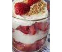 Monis Waldmeistercreme mit frischen Erdbeeren