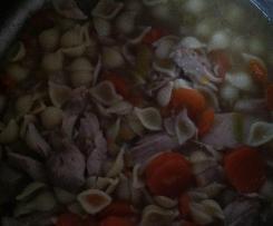 Hühnersuppe mit Nudeln und Karotten