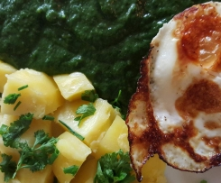 Variation von Rahmspinat aus frischem Spinat mit Kartoffeln und Spiegelei
